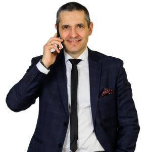 Karol Bartkowski z telefonem przy uchu